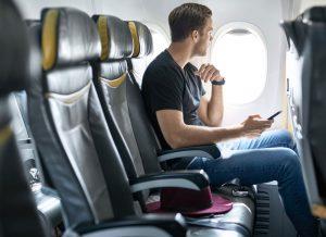 Yolculuğa çıkmadan önce yapılan hazırlıklar dışında, bilet alımında yapılacak olan koltuk seçimi büyük bir önem arz etmektedir. Tuvalet ihtiyacı, ayağa kalkma ihtiyacı veya dışarıyı izlemek gibi durumlar için bilet alım ekranında farklı koltuk seçimleri yapmak gerekebilir. Bu yüzden koltuk seçimini doğru yapmak oldukça önemlidir. Sık tuvalete gitme ve ayağa kalkma ihtiyacı hissetme durumlarında koridor tarafından koltuk seçimi en uygun tercih olacaktır. Diğer yolcuları rahatsız etmeden giderilebilecek bu ihtiyaçlar, uzun yolculuklarda daha konforlu bir yolculuk deneyimi sunar. Farklı bir seçenek olarak gündüz uçuşlarında dışarıyı izlemek, bulutların üzerinde olmanın verdiği hissi daha iyi yaşamak için pencere kenarından koltuk seçmek sizin için daha iyi bir tercih olabilir. Ayrıca uzun boylu yolcular için konforla eş anlamlı olan acil çıkış kapısındaki koltuklar, ön koltukla olan mesafesi daha geniş olduğundan, rahat yolculuklar için vazgeçilmez bir seçenek olarak öne çıkmaktadır.